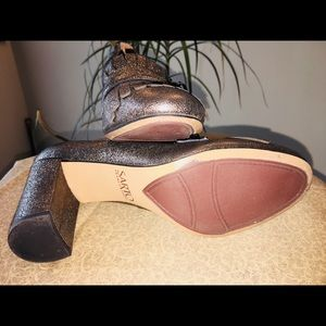 Metallic block heel shoe